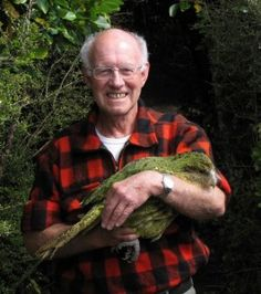 "Don Merton and ""Richard Henry,"" a Kakapo"