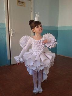 Принцесса на утреннике. Платье сделано из бумаги при помощи степлера!