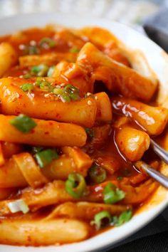 Tteokbokki - Spicy Korean Rice Cakes - Pickled Plum Food And Drinks food Tteokbokki (Dukbokki) - 떡볶이 - Pickled Plum Food And Drinks Easy Asian Recipes, Spicy Recipes, Cooking Recipes, Healthy Recipes, Korean Food Recipes, Rice Cake Recipes, Rice Cakes, Korean Rice Cake, Korean Street Food