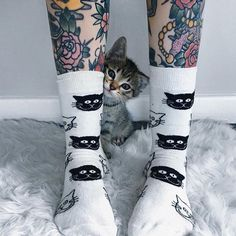 Feeling pretty meowvelous, how about you?! @jinxdahlia #HappySocks #HappinessEverywhere
