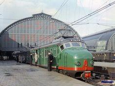 Centraal Station, 1956.  De nieuwe 'Hondekop' 733 wordt op spoor 1 door de NS gepresenteerd aan pers en publiek.