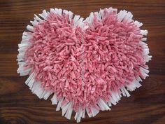 Alfombrita - Aplique Corazón con Bordes en color blanco liso.  Medidas: 30 x 34 cm