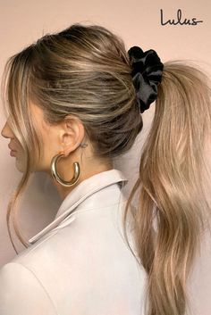 Scrunchies are Trending HARD Right Now–Here are 3 Ways to Wear Them! When it comes to beauty trends, babes are looking to the past--more specifically, they're looking at scrunchie hairstyles. Here, 3 modern ways to wear the look! SEE DETAILS. Low Pony Hairstyles, Cute Prom Hairstyles, Hairstyles For School, Ponytail Scrunchie, Scrunchies, Butterfly Hairstyle, Hair Inspo, Hair Inspiration, Elastic Hair Bands