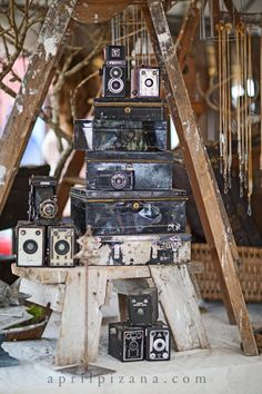 Ladders, the older the better. Cheryl Lehane from Zapp Hall Antique Show Photography by April Pizana Antique Booth Displays, Vintage Display, Vintage Decor, Vintage Designs, Market Displays, Museum Displays, Old Cameras, Vintage Cameras, Camera Decor