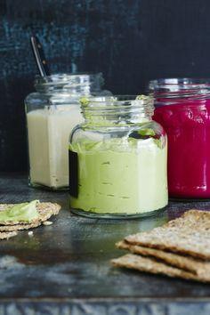 Jos pimeys meinaa ottaa vallan, voi näillä tahnoilla tuoda väriä välipalapöytään. Valmista yksi tai useampi tahna ja nauti leivän päällä tai dippinä.