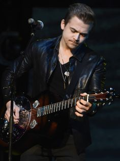 Hunter Hayes Photos Photos - Singer/Songwriter Hunter Hayes performs at the 2016 Make-A-Wish Stars For Wishes at the Gaylord Opryland Hotel on January 16, 2016 in Nashville, Tennessee. - 2016 Make-A-Wish Stars for Wishes