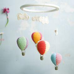 Supersød uro med hæklede skyer og luftballoner..