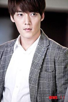 Choi Jin-hyeok is the younger Lee Soon-jae @ HanCinema :: The Korean Movie and Drama Database Choi Jin Hyuk, Emergency Couple, Lee Hyun Woo, Handsome Korean Actors, Actor Picture, Korean Star, Korean Face, Korean Music, Pride And Prejudice