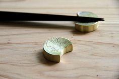 FUTAGAMI 真鍮の生活用品 箸置き 三つ月(5個入り) | FUTAGAMI,箸置き | | surou web shop