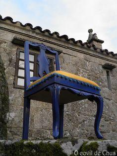 Elegante silla estilo Luis XV. Le hemos dado un aire renovado eligiendo el color azul cobalto y amarillo albero tomando como inspiración la decoración marroquí.