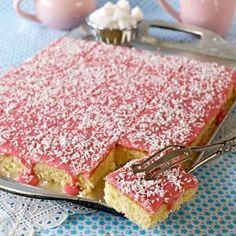 Kokosrutor med hallonglasyr No Bake Desserts, Just Desserts, Dessert Recipes, Bagan, Cookie Cake Pie, Swedish Recipes, Vegan Cake, Dessert Bars, Baking Recipes