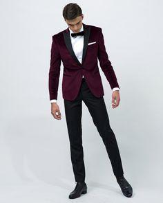 Veste smoking sur mesure à col pointe, en velours lisse bordeaux, 1 bouton, 2 poches droites, revers, passepoils et boutons recouverts en satin noir : 635 €.