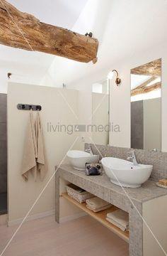 Epic Gemauerter Waschtisch mit Mosaikfliesen und weissen Sch sseln vor Spiegel an Wand in renoviertem Bad