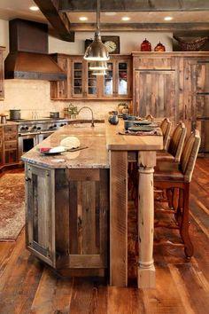 Dans cette cuisine, vous pouvez trouver de nombreux meubles en palettes. Armoires, étagères et même le sol ont été construits à l'aide des palettes recyclées, et autres bois récupéré traité p…