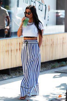 Kourtney Kardashian mostra que uma calça listrada pode transformar o look, além de alongar a silhueta. Combine com um top cropped.