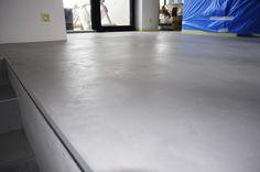 Podlaha z dekorativní cementové stěrky MicroBond.  Více na:http://www.izolace-ecobeton.cz/cementove-sterky/