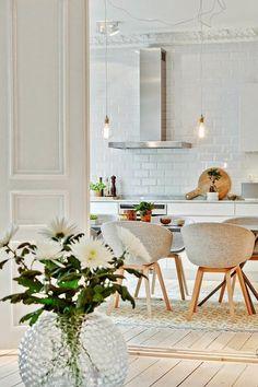 sol en parquet clair, chaises grises, mur en dalles blancs, idée déco chambre