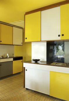 GIO PONTI, Yellow color block kitchen at the Villa Planchart Caracas, Venezuela Gio Ponti, Mid-century Interior, Kitchen Interior, Mid Century Decor, Mid Century House, Villa, Architecture Art Design, Kitchen Paint Colors, Vintage Kitchen