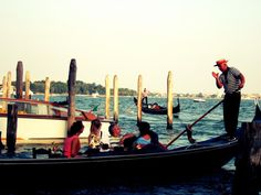 gondolas boats Venice -  gondolas boats Venice free stock photo Dimensions:2048 x 1536 Size:0.59 MB  - http://www.welovesolo.com/gondolas-boats-venice/