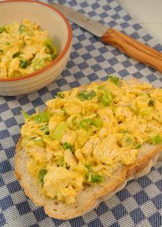 Zelfgemaakte kip-kerriesalade    kipfilet, kerriepoeder, bosui, mayonaise, zout en peper, eventueel ananas