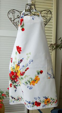 CHEF'S APRON from a Vintage Tablecloth,  Love this....Oh how I wish they still made fabric like this.