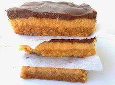 Quadrados de Caramelo Três camadas divinais: uma base de biscoito caseiro crocante, um recheio de caramelo com leite condensado e uma cobertura de chocolate negro - Sapo Lifestyle