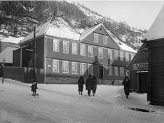 Bergens Børneasyl, Asylplass 2. Her ble Norges første barnehage opprettet som en stiftelse i 1840 av biskop Jacob Neumann. Foto Olai Schumann Olsen, Billedsamlingen Universitetsbiblioteket i Bergen.