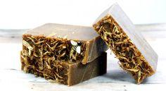 This homemade green tea & turmeric soap recipe harnesses green teas antioxidant properties with turmeric's anti-acne & skin lightening properties. Homemade Soap Recipes, Tea Recipes, Natural Exfoliant, Natural Soaps, Natural Products, Natural Skin, Natural Makeup, Turmeric Soap, Natural Kitchen