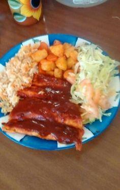 Enchiladas (queso con cebolla envueltos en tortillas y bañadas en chile colorado) estilo carlos schZ..papa y zanahoria cocida..y guisada con chile..arroz lechuga tomate