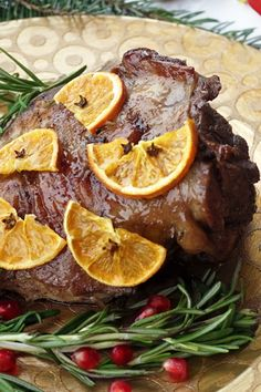 Rozmaringos sült bárány narancsos – alma balsamico mustáros mázzal 3-4 főre Elkészítés: 30 perc Sütési idő: 2 óra 50 perc Hozzávalók:  1 evőkanál olíva olaj, 1,5kg bárány comb, 5 db fokhagyma, 1 csomag friss rozmaring, 1-2 szál friss kakukkfű, 1,5 liter húsleves alaplé, 1,5dl vörösbor, 2 csipet só + húsdörzsöléshez, bors ízlés szerint