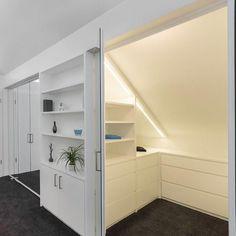 Dressing sous pente, mode d'emploi - - Gisella P. Attic Master Bedroom, Attic Bedroom Designs, Upstairs Bedroom, Attic Rooms, Attic Spaces, Closet Bedroom, Diy Bedroom, Small Spaces, Attic Playroom