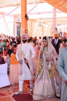 Punjabi Wedding Couple, Couple Wedding Dress, Wedding Dresses Men Indian, Wedding Lehnga, Indian Bridal Outfits, Wedding Suits, Punjabi Couple, Sikh Wedding Dress, Indian Weddings