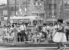 昭和37年いつも人があふれている東京・池袋駅前のバスターミナル