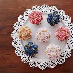 """student's works_Basic course 3rd class  #flowercake#butter#flowercupcake#cupcake#buttercream#handmade#instaflower#wilton#garden#am1122cake#minicake#studentswork#florist#플라워케이크#크림케이크#버터크림#컵케이크#플라워케이크클래스#수강생#꽃케이크#꽃스타그램#서울플라워케이크#수제케이크#주문제작#꽃 """"www.am1122cake.com"""""""