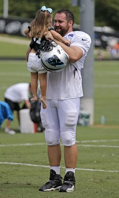 18 adorable photos of NFL players with their kids at training camp
