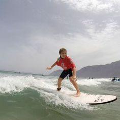 Mucho #surf y mucha #diversion en la #playadefamara con los mas pekes de #lanzarote #surfcamplanzarote #surfcanarias