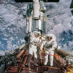 Astronauts John Grunsfeld and Richard Linnehan near the Hubble Space Telescope, temporarily hosted in the space shuttle Columbia's cargo bay, March Cosmos, Hubble Space Telescope, Space And Astronomy, Nasa Space Pictures, Nasa Space Program, Photo Voyage, Space Facts, Space Center, Space Station