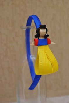 tiara das Princesas Disney esculturas feitas com fitas de gorgurão à mão. Escolha a sua!! Princesas: Aurora (Bela Adormecida) Bella Ariel Branca de Neve Cinderela Pocahontas Alice Merida (valente) Rapunzel (enrolados) Sininho Tiana (A Princesa e o Sapo) Jasmine (Aladin) **ARCO DE TAMANHO ÚNICO - 39CM DE PONTA A PONTA R$ 22,00