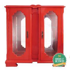 Cristaleira Escarlate, em laca vermelha. Possui acabamento interno em espelhos e vidro. A altura média é ideal para receber vasos e outros objetos.