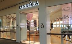 A gallery of over 100 creative jewelry storefront designs, including absolutely stunning signage and window displays that fit perfectly with the design. Pandora Jewelry Store, Pandora Shop, Store Displays, Window Displays, Store Interiors, Shop Interior Design, Window Design, Store Fronts, Jewellery Display