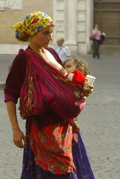 A babywearing expert certified through the school of real experience. Gypsy Life, Gypsy Soul, Gypsy People, Gypsy Women, Head Scarf Styles, Photographs Of People, Folk Costume, Federico Garcia Lorca, World Cultures
