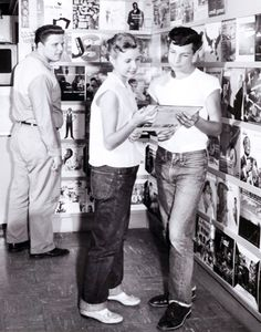 sparkletonecity:  1950's teenagers at the record store