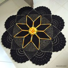 Beautiful crochet rug with excellent close-up photos and written step by step directions (Portuguese pattern, but photos are sufficient!) Part 1 of 3. Tapete Redondo Com Flor Primavera: Parte 1