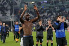 Jogadores do F.C. Porto agradecem a adeptos após derrota em Turim