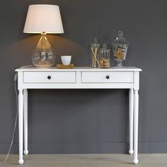 Authentic Style Pine Console Table LA REDOUTE INTERIEURS This solid pine console table adds a touch of charm and elegance, essential for character interiors. Style Blanc, Childrens Lamps, Console Design, Victorian Hallway, Living Room Decor, Bedroom Decor, Flur Design, Hallway Inspiration, Hallway Designs