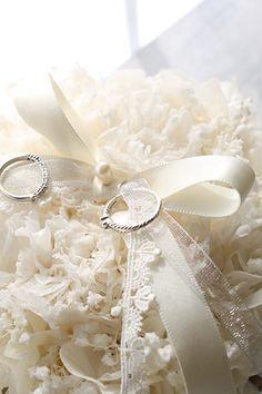 Ring pillow カスミソウ、レースとシフォンのリボン、パールがロマンティックなプリザーブドフラワーのリングピロー http://www.fleuriste-glycine.jp/