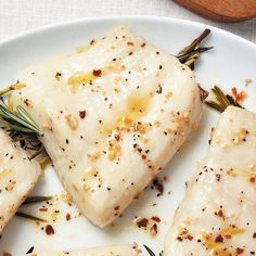 Roasted Rosemary Sea Bass... is your mouth watering yet? This healthy option is only 200 calories per serving. AND - it only takes 5 minutes to prep!