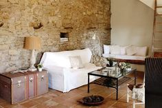 Los sofás blancos son una base perfecta para jugar cono colores y estilos, y nos permiten cambiar la onda del living sumando unos pocos accesorios.  /Archivo LIVING
