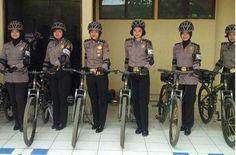 Patroli Humanis, Polwan Cantik Polda Banten Bersepeda Kontrol Masyarakat