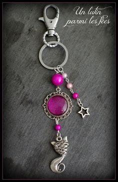 Bijou de sac ou porte clé chat et cabochon couleur fuchsia et rose
